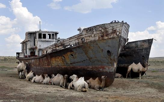 Barcos en el mar de Aral ©Nick Hanes