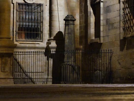 La sombra del peregrino en la plaza de la Quintana en Santiago de Compostela