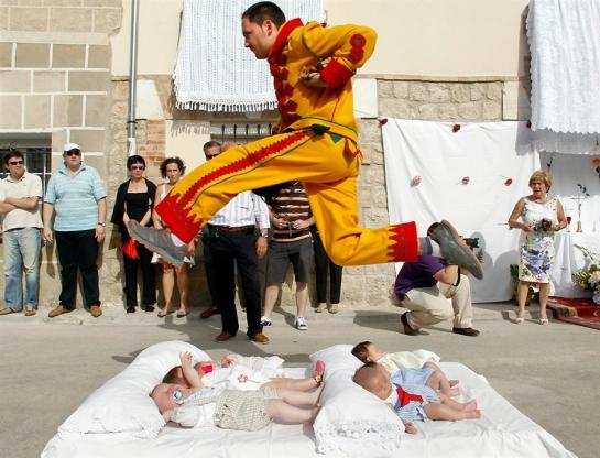 El colacho o el diablo saltando sobre los bebés