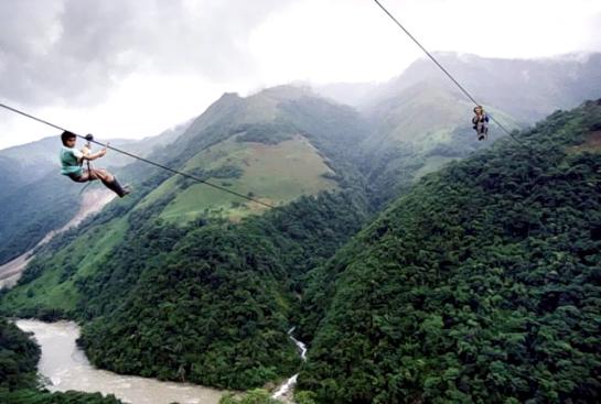 Colgados a 400 metros de altura para ir a la escuela. © Christoph Otto