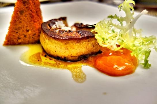 Foie gras de pato glaseado sobre compota de kumquat y pan especiado.