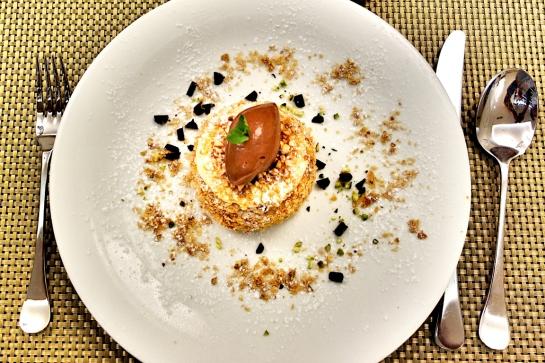 Milhojas de hojaldre con crema de vainilla y helado de cacao