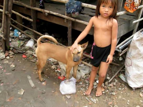 Niño en un vertedero en Hong Kong