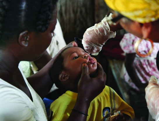 Niño en Haiti recibiendo vitamina A