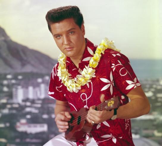 Elvis Presley tocando el Ukelele y luciendo