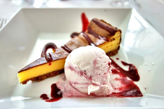 Restaurante Plácido, Tarta de limón al horno con helado de yogourt y frutos rojos.