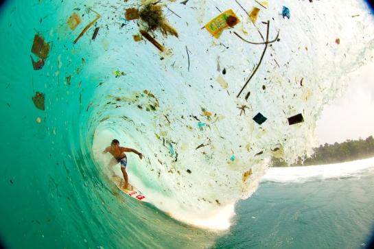 No. No es un fotomontaje. Esta es una imagen tristemente real del campeón del surf Dede Suryana  surfeando una ola de basura en una remota y aparentemente paradisíaca playa de algún lugar de Indonesia.La foto es © de Zak Noyle