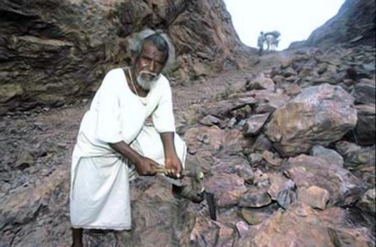 Dashrath Manjhi, el hombre que movió una montaña.